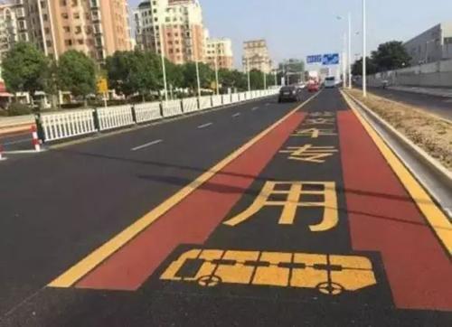 延吉交警部门在延吉市主要街路上施划 补划了非机动车道标识